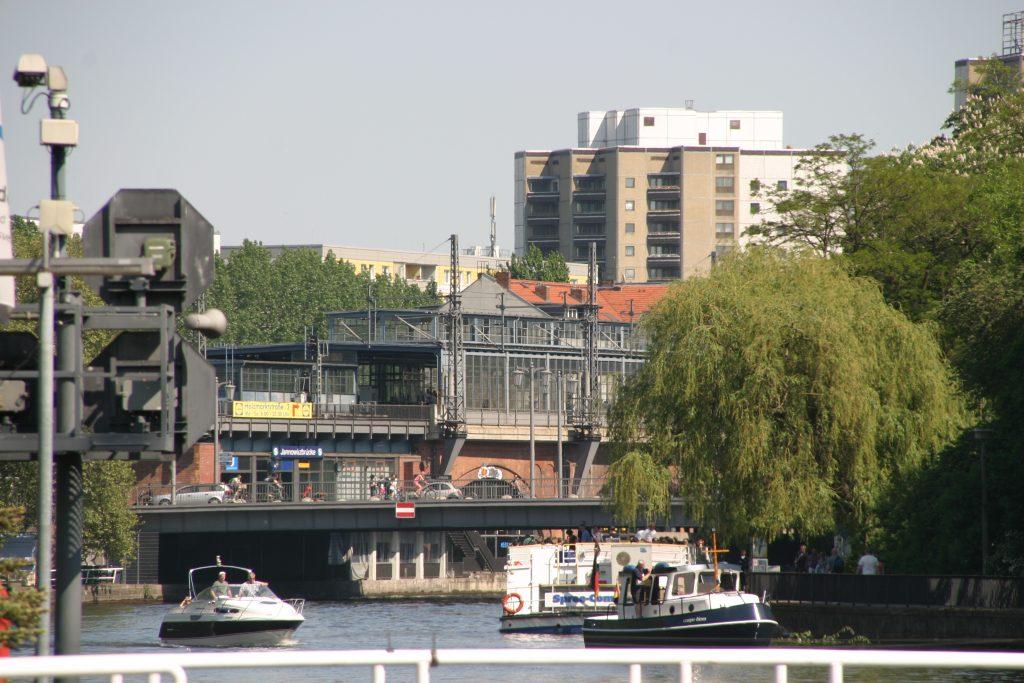 berlin-blick-zum-s-bahnhof-jannowitzbruecke-vom-schiff