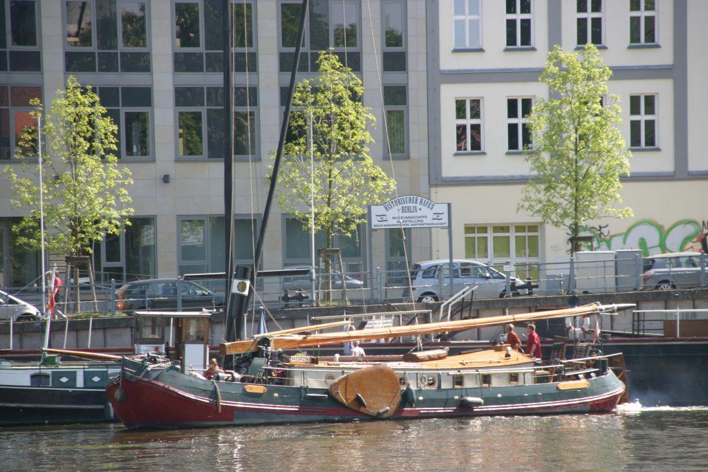 berlin-schiff-an-der-muehlendamm-schleuse