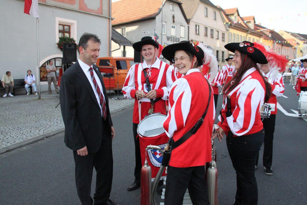 Bürgermeister ThomasHelbing (li) begrüßt den Spielmannszug Unterreßfeld