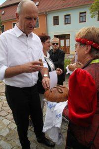 Begrüßung mit dem Mühlberger Tradionsbrot Zisterzienserinnenkloster in Mühlberg