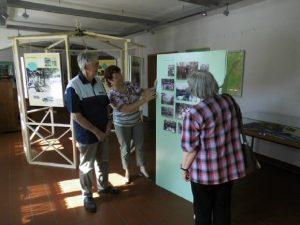 Museumsmitarbeiterin Karlsson mit Besuchern